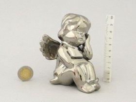 Keraminė figūrėlė SĖDINTIS ANGELAS, sidabrinės sp., 10 x 9 cm.